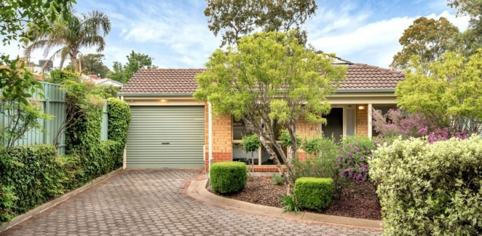 Aberfoyle-park-retirement-living-front-of-unit-with-beautiful-garden.j