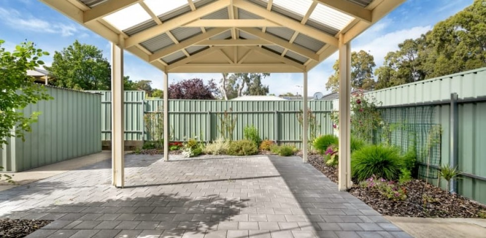 Aberfoyle-park-retirement-living-outdoor-entertaining-area-undercover.